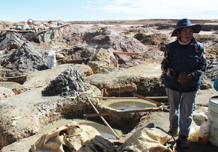 Image: Woman leaching tin from waste rock in Machacamarca (Oruro, Bolivia). © Silke Ronsse / CATAPA